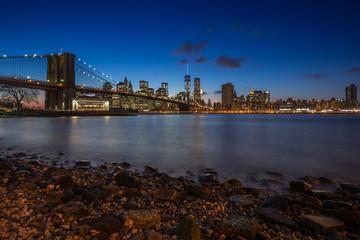 Brooklyn Bridge und Skyline New York bei Nacht