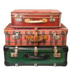 tre valigie vintage in fondo bianco