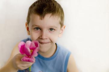 подарок, сюрприз, мальчик, дарит цветок