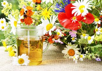 Kräutertee mit Wiesen- und Feldblumen