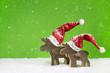 Zwei Holz Rentiere auf Hintergrund Weihnachten grün