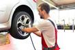 Reifenwechsel in einer KFZ Werkstatt // Tire change by mechanic