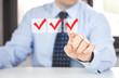 Uomo in ufficio presenta e seleziona opzioni