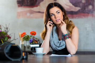 Studentin oder Geschäftsfrau arbeitet in Cafe