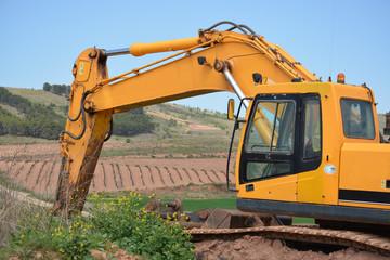 maquina excavadora amarilla con brazo articulado