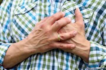 Herzinfarkt, Mann hält sich vor Schmerzen Brust