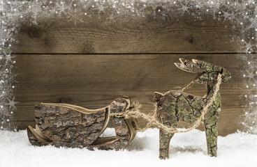 Rentier mit Schlitten aus Holz zu Weihnachten