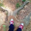 Mann steht auf Baumstamm