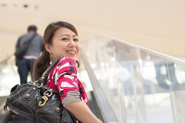 ショッピングをするアジア人の女性