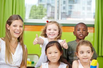 Mädchen im Kindergarten hält Daumen hoch