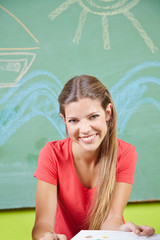 Frau macht Ausbildung als Erzieher