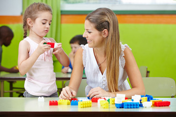 Frau macht Praktikum im Kindergarten