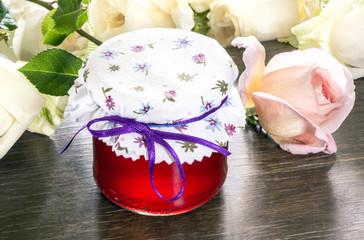 Rosenblütengeleegläschen mit Rosen
