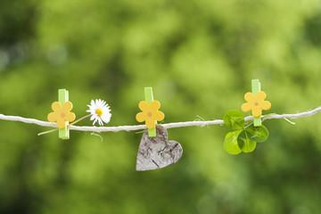 Herz, Blume und Kleeblatt an Leine hängend