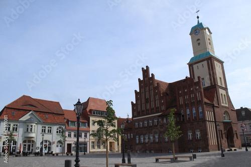 Leinwanddruck Bild Marktplatz mit Rathaus in Wittstock/Dosse