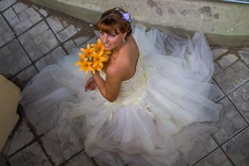 Невеста с букетом из желтых лилий