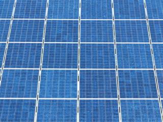 Photovoltaikanlage mit blauen Solarzellen in Ostwestfalen
