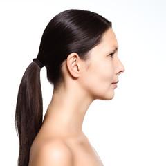 Profil einer nackten jungen Frau