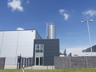 Moderne Fabrikanlage mit Silo bei Schloß Holte-Stukenbrock