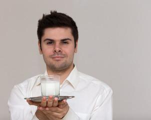 junger kellner bringt cocktail