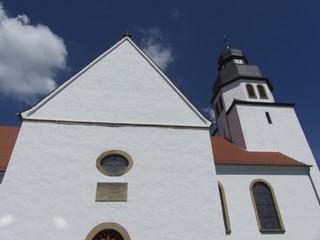 Weiße Fassade der Pfarrkirche St. Johannes Baptist