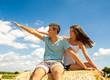 Sommer-Glück: Junges, verliebtes Paar auf Strohballen :)