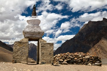 Stupa and mani wall around Pidmu village - Zanskar trek