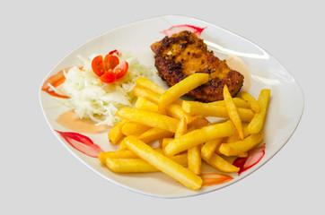 Teller mit Schnitzel, Pommes und Salat