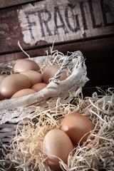 uova fresche con paglia