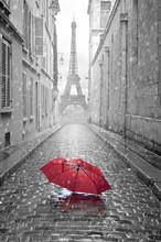 Wieża Eiffla widok z ulicy w Paryżu
