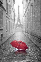 Fototapeta czerwony parasol na bruku w Paryżu