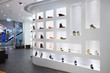 Leinwanddruck Bild - Fashion shoe store shelf