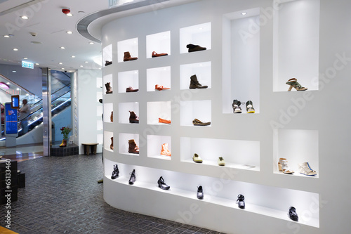 Leinwanddruck Bild Fashion shoe store shelf