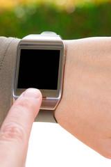 Dito indice sullo smartwatch semi isolato
