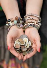 Монеты в руках у цыганки
