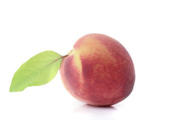 Pfirsich mit Blatt isloiert