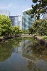 水面に映る高層ビル