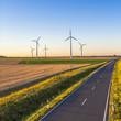 Windkrafträder an einer landstraße