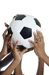 Fröhliche afrikanische Kinder halten Fussball