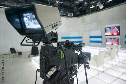 Studio telewizyjne z kamerą i oświetleniem