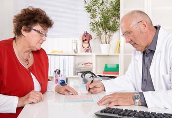 Besprechung beim Arzt: Rentnerin beim Doktor