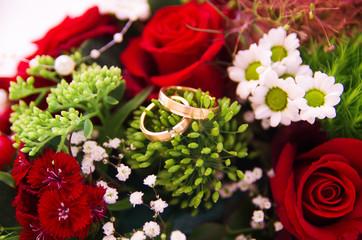 結婚指輪と花束