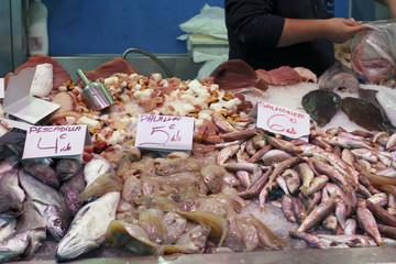 Pescaderia en un mercado