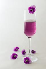 Veilchenprosecco mit Blüten