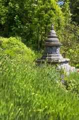 Japanischer Garten mit Stupa oder Tempel als Hintergrund
