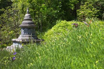Hintergrund in Grün: Asiatischer Garten mit einem Tempel