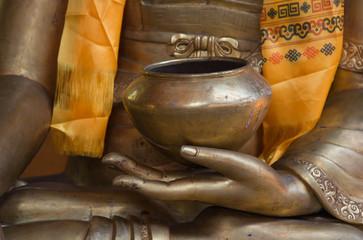 Buddhas Hände in Bronze mit einer Opferschale