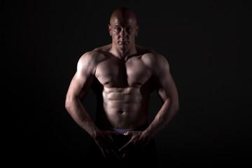 Bodybuilder zeigt Muskeln