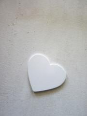weißes Herz auf altem weissem hölzernen Hintergrund 13