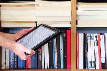 Frau hält e-book
